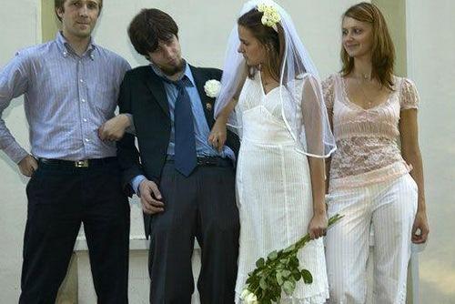 """"""" A vy ženichu, táži se vás, berete si zde přítomnou za svou zákonitou manželku?"""" """"Heh? glog. Co? Myslíš si, že jsi lepší než já?"""""""