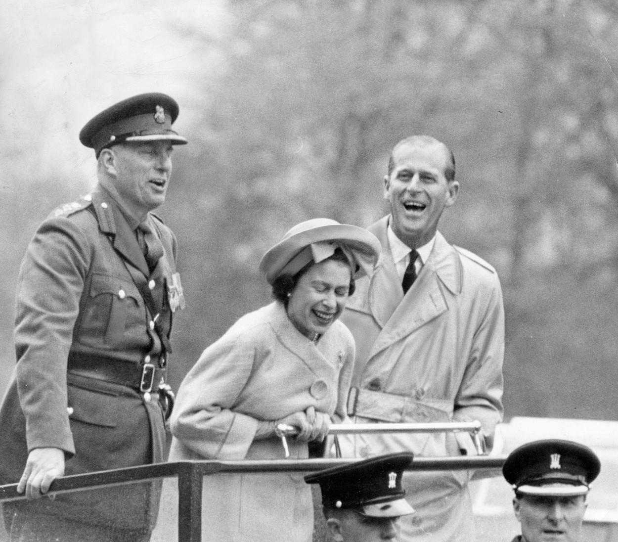 11. května 1963 – mladá královna se svým manželem při 'zábavné' přehlídce rekrutů Velšské brigády na cvičné armádní základně ve Cwrt-y-Gollen neboli Hazel Courtu (neboli Lískovém dvorci)