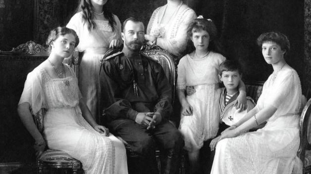 Ruský car Mikuláš II. se svou rodinou. Dnes je tomu přesně 100 let, co byli Romanovci zavražděni bolševiky.