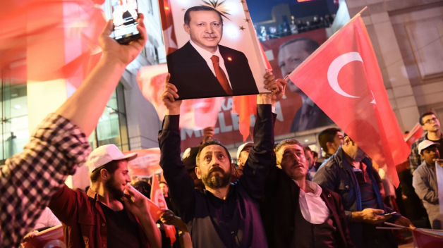 Polovina Turků posílení Erdogana schvaluje. Ta druhá se obává, co teď se zemí bude.