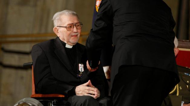 Karel Fořt v roce 2012 přebírá Řád T. G. M. z rukou prezidenta Václava Klause.