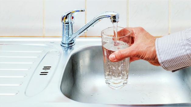 Cena vody v Praze stoupá. Doplácí snad obyvatelé hlavního města na odměny manažerů vodáren?