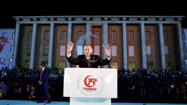 Rok po potlačeném puči je Turecký prezident Recep Tayyip Erdoğan silnější než kdy předtím. Z oslav výročí puče udělal propagandistickou akci, během které si opět upevnil svou pozici.