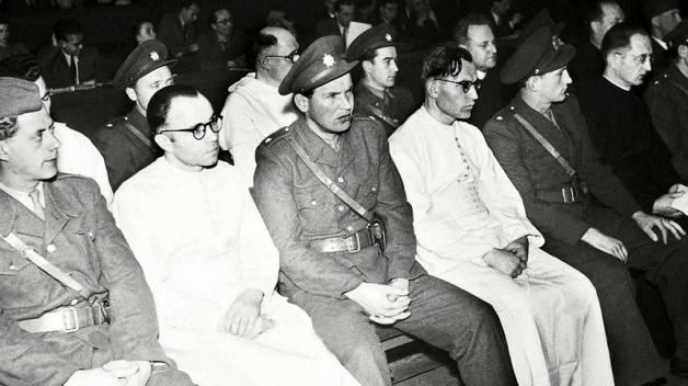 Fotografie z monstrprocesu s opatem Machalkou a spol., kterým se komunisté snažili ospravedlnit tzv. Akci K.