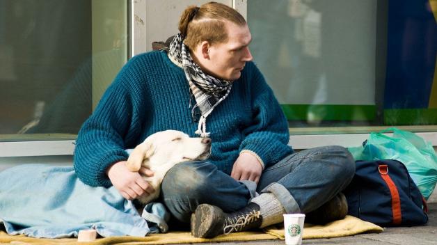 Bezdomovců je v Praze hromada, dealerů na Václaváku snad ještě víc. I to by možná bylo fajn řešit. Třeba. Někdy výhledově...