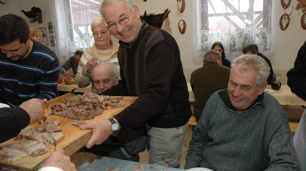 Díky médiím se dozvíte o téměř každém kroku Miloše Zemana. Vlastně i o každém snězeném jídle, které měl.