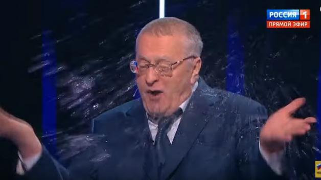 Ruské prezidentské volby doprovází skandál. Během televizní debaty se ostře nadávalo a jeden z kandidátů schytal spršku rovnou do obličeje.