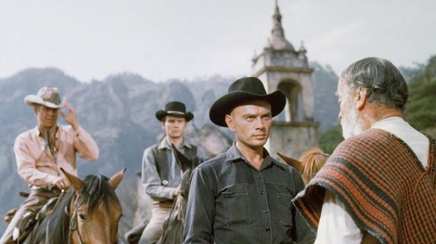Yul Brynner jako pistolník Chris, což je patrně jeho nejznámější role. Na snímku spolu s ním Steve McQueen, Horst Buchholz a Vladimir Sokoloff. Poslední jmenovaný se také narodil v Sovětském svazu.