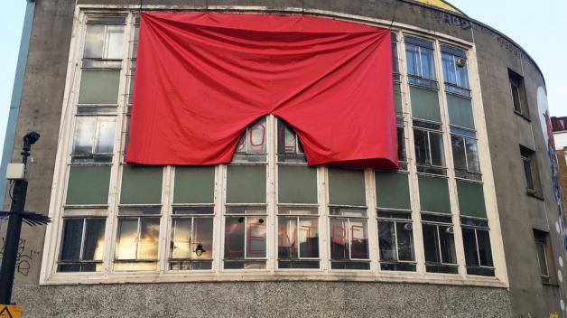 Červené trenky na budově londýnské galerie budou vlát jen do konce července. Pak má být galerie zrušena.
