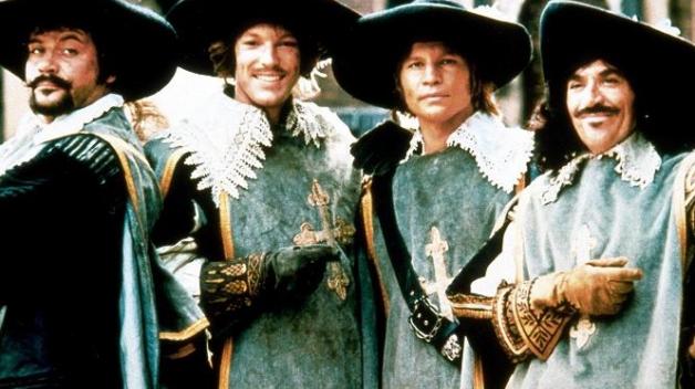 Tři mušketýři a jejich věrný přítel d'Artagnan. Slavné filmové zpracování z roku 1973. Oliver Reed, Richard Chamberlain, Michael York, Frank Finlay.