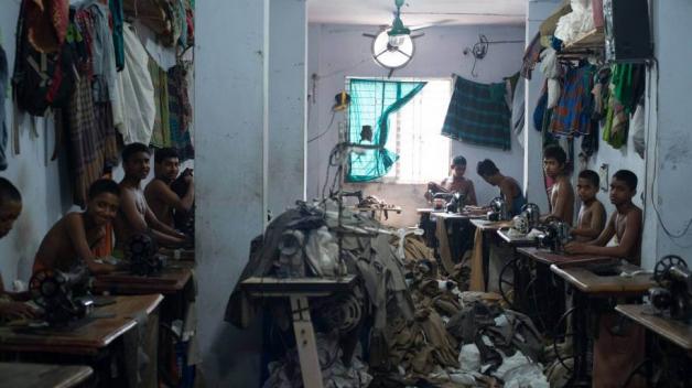Fotografie ukazují budovy bez nouzových východů, bez požárních evakuačních plánů nebo hasicích přístrojů. Při požáru nedalekého továrního komplexu Rana Plaza v roce 2013 zemřelo 1100 lidí.