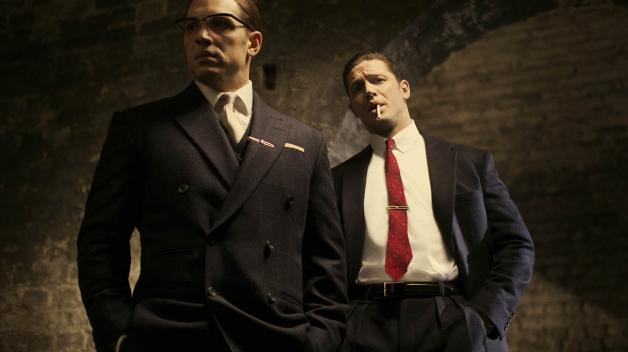Tom Hardy jako Ronnie nalevo, Tom Hardy jako Reggie napravo