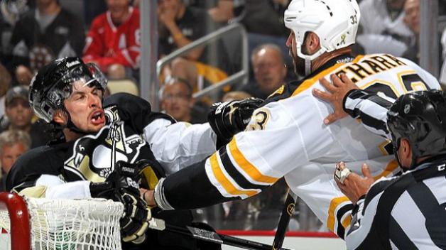 Sidney se pere rád. Ve své nováčkovské sezóně v NHL nasbíral kromě 100 bodů i 100 trestných minut.