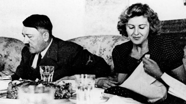Krátce před společnou sebevraždou uzavřel Hitler sňatek se svou partnerkou Evou Braunovou. Společně pak před smrtí pojedli špagety a zelný salát.