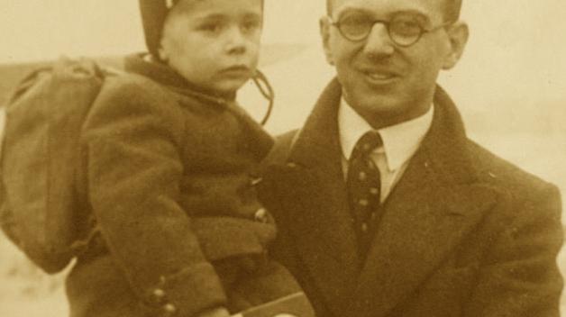 Fotografie, která obletěla svět. Nicholas Winton s jedním z dětí, které čeká budoucnost.