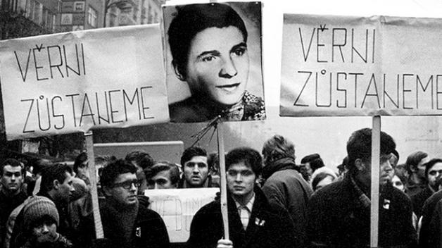 Pohřeb Jana Palacha přerostl v masový protest proti režimu.