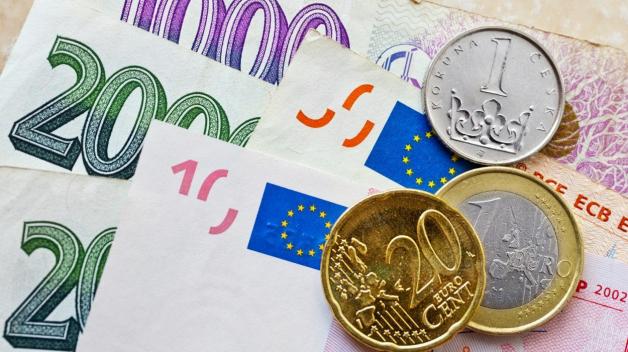 Euro nebo korunu? Ani politici v tom nemají jasno. Půl jich chce přijmout evropskou měnu, půl ponechat tu českou.