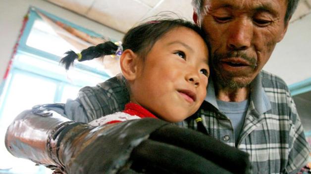 Živé objetí umělou rukou: Sun Ťi-fa se svou vnučkou
