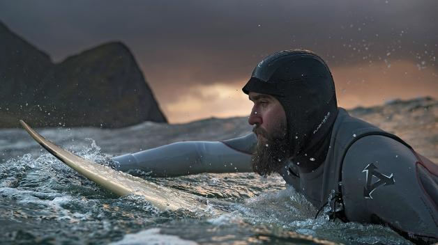 Vledových vodách pádluje Standa Hruban, jeden zotců myšlenky natočit dokument Choose Your Wave. Je to film oČeších, kteří se odstěhovali koceánům kvůli surfování.