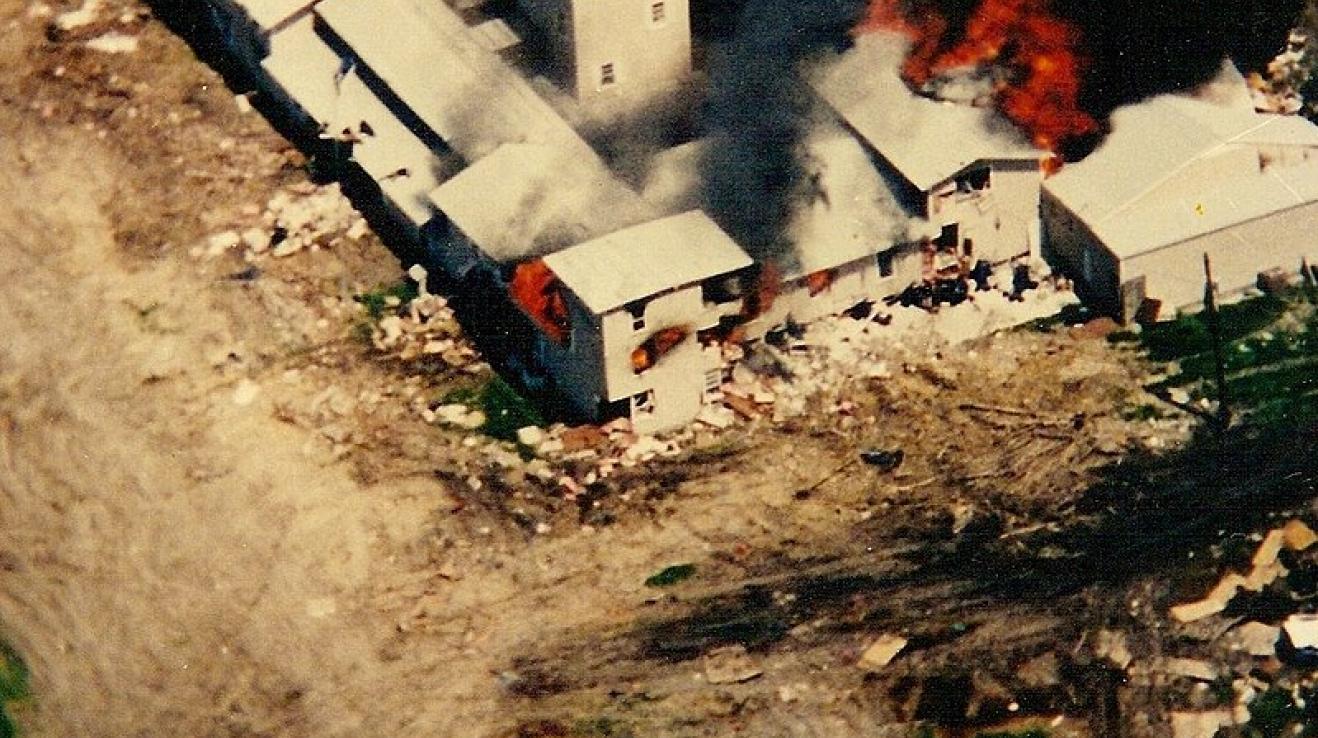 Ranč ve Waco obléhaly bezpečnostní složky skoro dva měsíce. Pak vypukl požár...