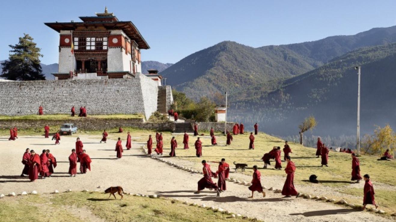 Bhútán. Málo jídla, málo pohodlí a jen minimální lékařská péče, ale podle Mollisona, který se s místními studenty bavil, je tato škola pro chlapce to první a poslední v jejich životech.