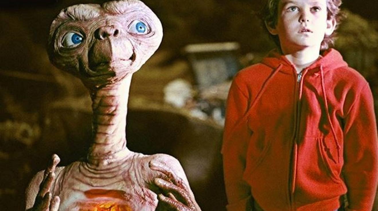 E.T. - Mimozemšťan je snímek od filmařského mistra Stevena Spielberga. Vypráví o roztomilém mimozemšťanovi, který nestihne odletět domů a nachází úkryt u desetiletého Elliota.