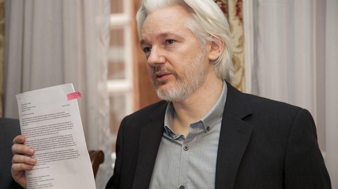 Julian Assange je australský vydavatel a internetový aktivista.
