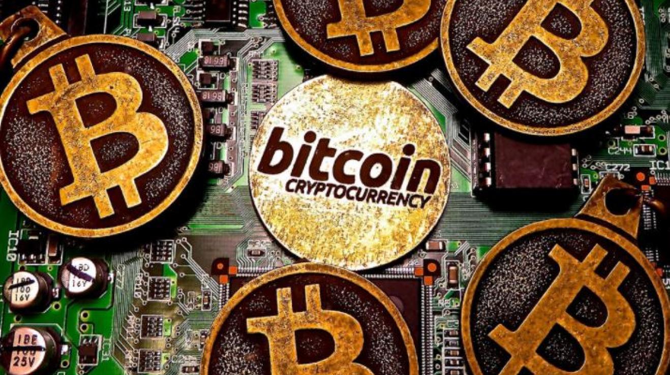 Bitcoin je nejpoužívanější ryze digitální kryptoměnou. Pro mnohé je měnou budoucnosti, která by měla nahradit současné peníze.