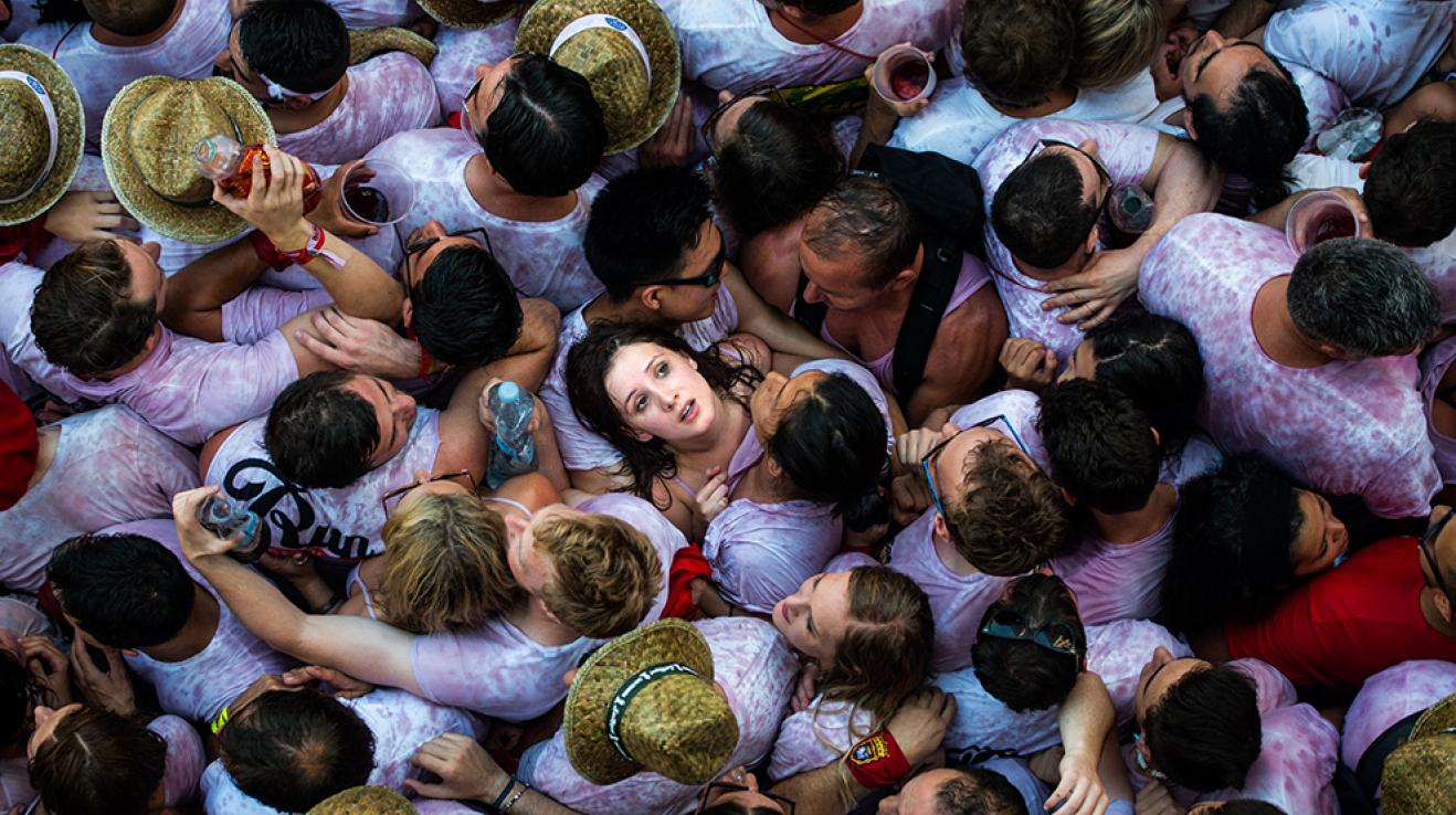 """""""Pro diváky je na ulicích při zahájení festivalu San Fermin v Pamploně dost těsno. Útěku před býky se tu každoročně účastní desítky tisíc lidí."""""""