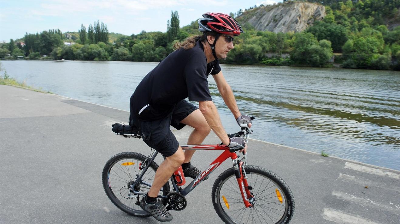 Fyzická kondice našeho národa je tristní, obezita je na postupu. Čím víc lidí se zapotí na kole, tím líp.