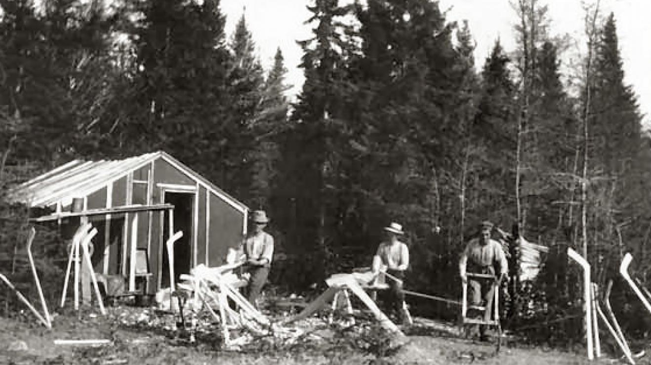 Výroba dřevěných hokejek v Kanadě roku 1890