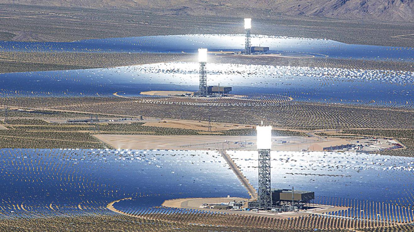 Budoucí největší solární elektrárna světa v nevadské poušti. Tři solární pole soustřeďující světlo do věží s vodou, z níž vzniklá pára bude vyrábět elektřinu.