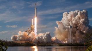 SpaceX založil Elon Musk v roce 2002. Společnost postupně představila nosné rakety Falcon 1 a Falcon 9 a kosmickou loď Dragon. Žhavou novinkou je nosná raketa Falcon Heavy, což je v současnosti nejsilnější nosná raketa.
