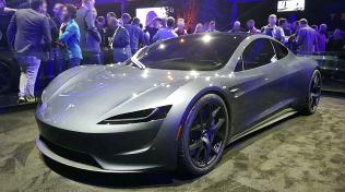 Automobilka Tesla začala s masovou výrobou elektromobilů v roce 2008. Prvním modelem, který firmě zajistil mimořádnou publicitu byl Tesla Roadster. Do dvou let by měl z výrobních linek sjet nový model tohoto sportovního vozu.