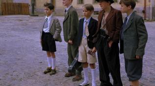 Bylo nás pět. Na motivy knihy Karla Poláčka vznikl v roce 1994 populární šestidílný seriál. Na snímku Jaroslav Pauer, Jan Brynych, Adam Novák, Jan Müller a Štěpán Benyovszký.