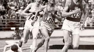 Běh na 5000 metrů na olympijskách hrách v Helsinkách (1952). Za Zátopkem běžci Herbert Schade a Alain Mimoun.