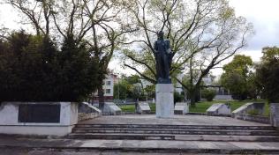 Má dokonce pomník i v Praze Bubenči.