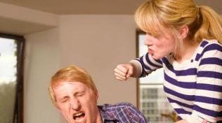 Muži se svých partnerek bojí vždy, když něco poserou