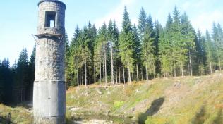 Bývalá ovládací věž přehrady s výpustí. Hráz kolem ní odnesla voda.