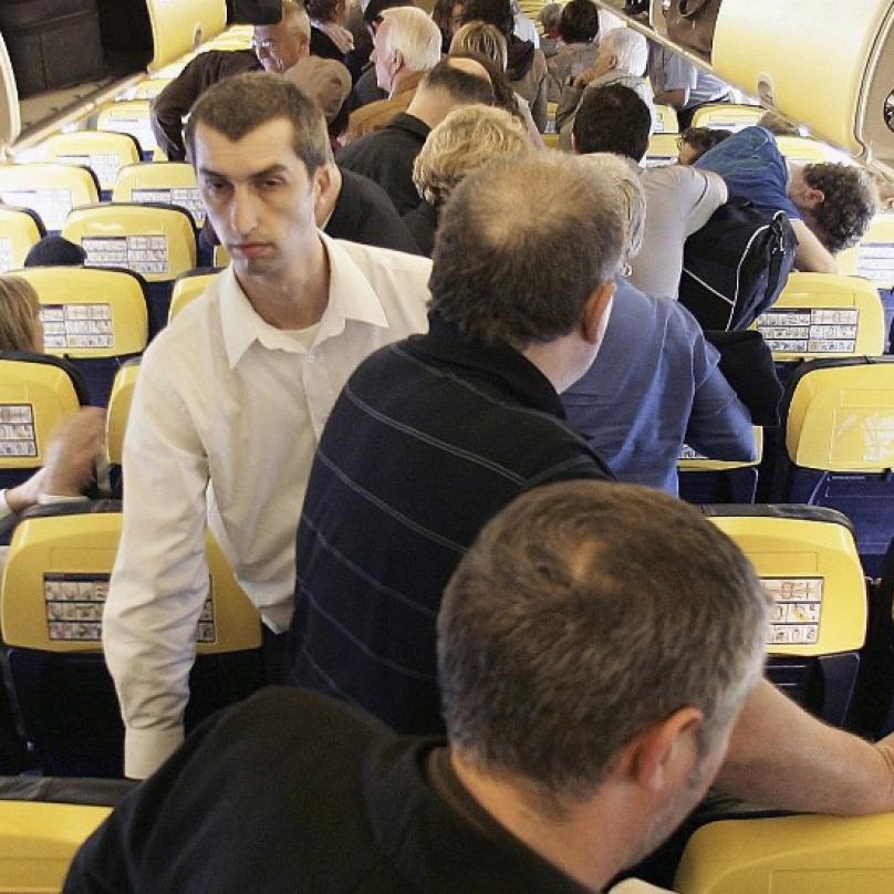 Jakmile letadlo zastaví, všichni na povel vstát a nahrnout se do uličky... a pak dvacet minut nasraně stát.