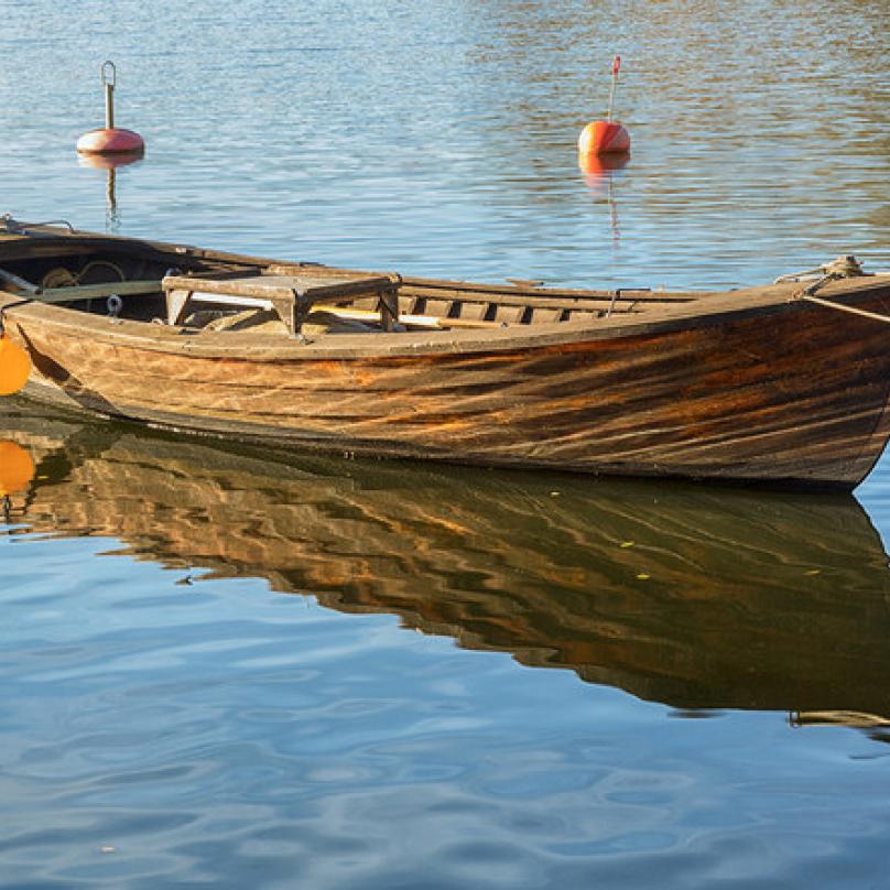 Loďka - naplnit vězně medem a mlékem a nechat ho na loďce svázanéhozemřít