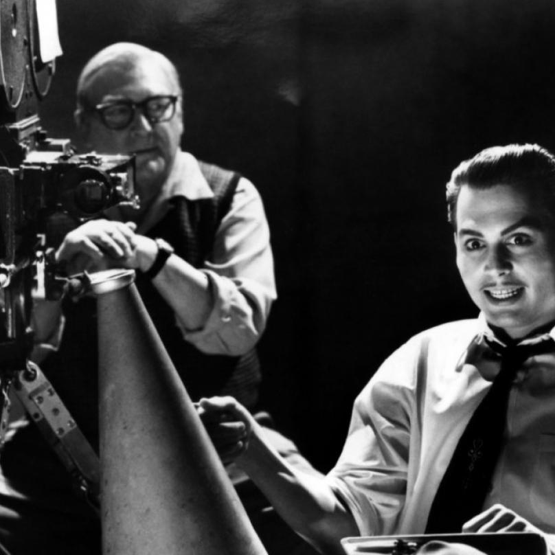 """Ed Wood (1994) - Snímek zachycuje nejplodnější umělecké období režiséra Edwarda D. Wooda, který patřil mezi nejbizarnější postavy Hollywoodu. Woodova tvorba spočívala ve vytváření """"béčkových"""" hororů a sci-fi snímků s minimálními rozpočtem."""