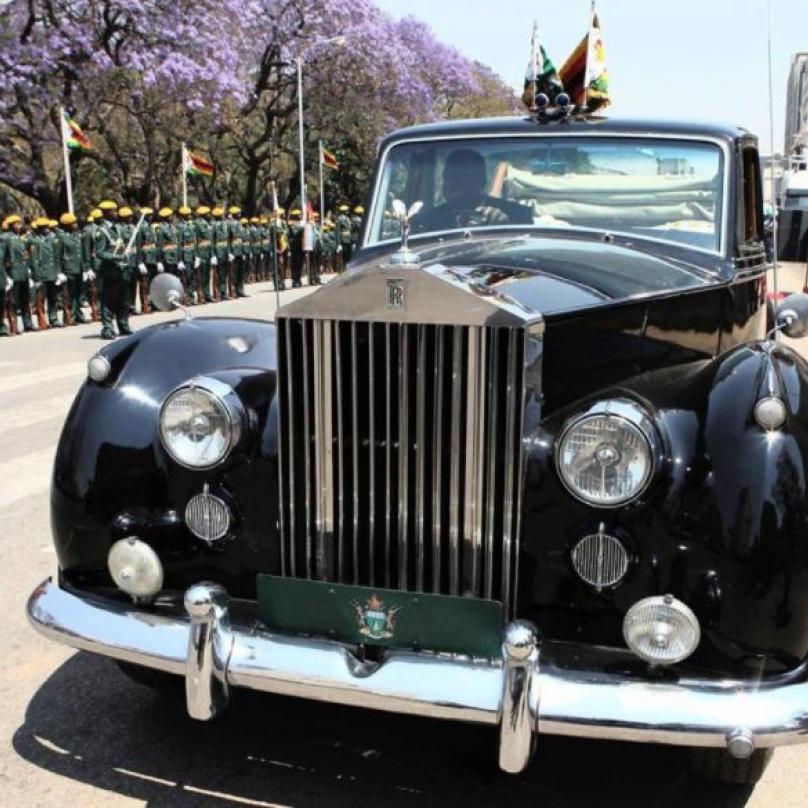 Zálibu v extravagantních vozech zdědil Robert po otci. Ten vlastní Rolls-Royce Phantom IV, kterého se vyrobilo jen 18 kusů.