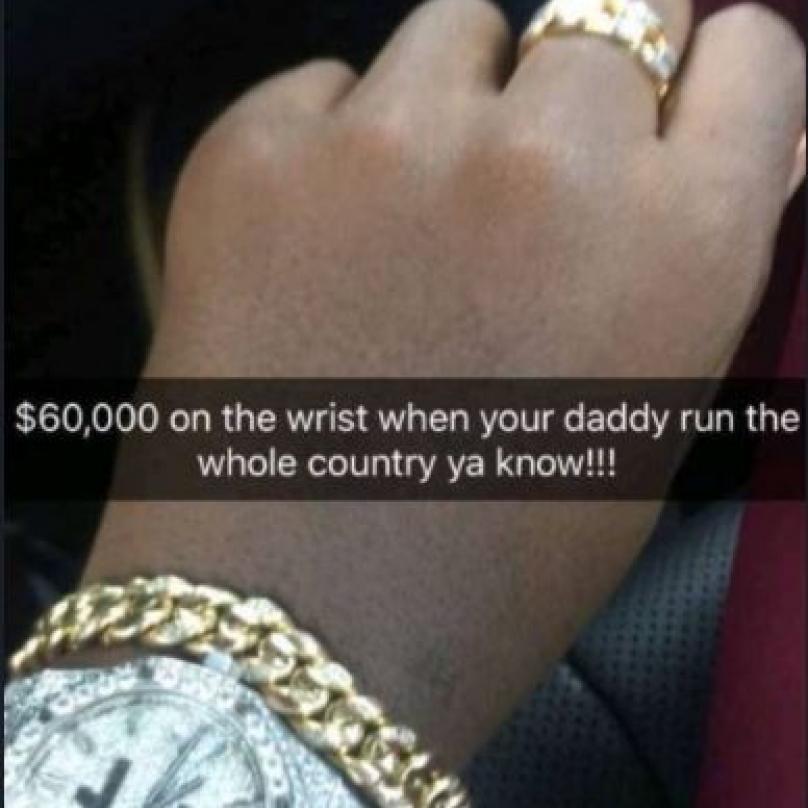 Mugabeho druhý syn Chatunga má moc krásné hodinky. A náramky. To se tak někdo má, když má tatínka zkorumpovaného prezidenta.