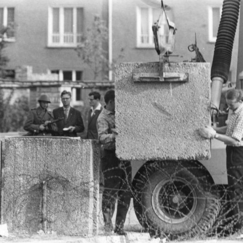 Ze stavby Berlínské zdi - pokládání betonových bloků