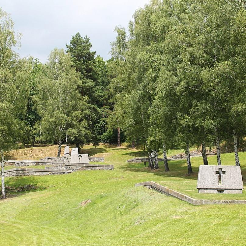 Pomníky, tzv. hrobodomy, vybudované v místech domů osady Ležáky
