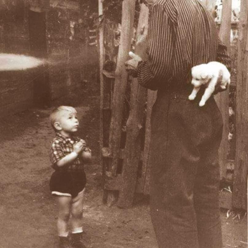 Pár okamžiků od opravdového štěstí. Snímek z roku 1955.