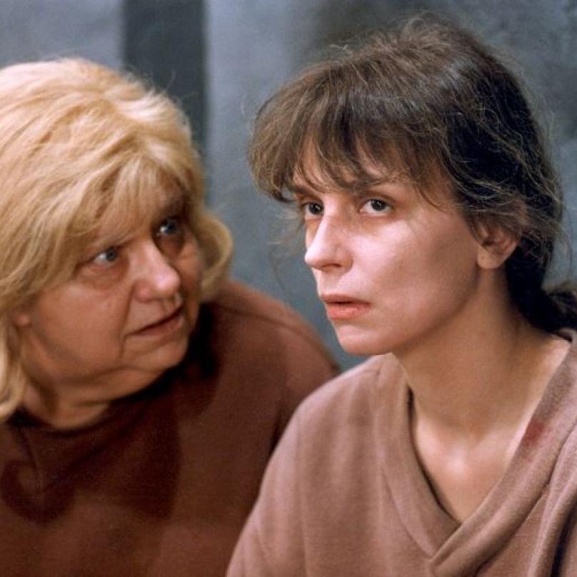 Minisérie Přítelkyně z domu smutku vznikla podle stejnojmenné literární předlohy Evy Kantůrkové v roce 1992. Na snímku Helena Růžičková a Ivana Chýlková.