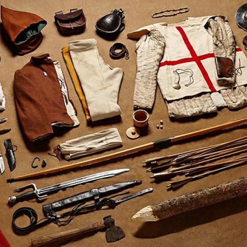 Věci, které měl u sebe a na sobě každý lukostřelec v bitvě u Azincourtu v severní Francii, 1415