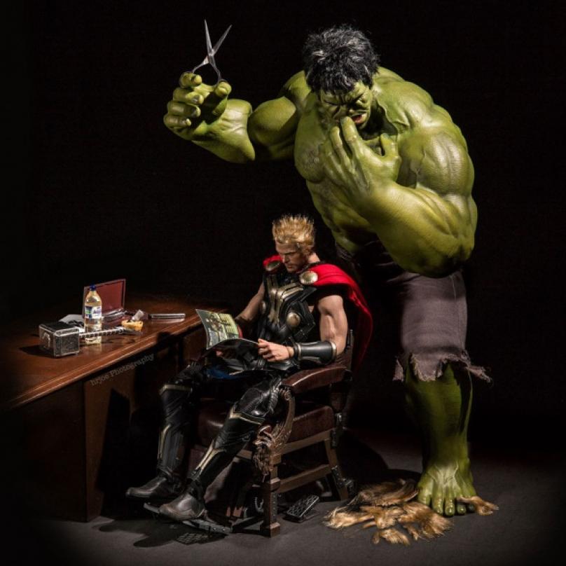 Thór nebo Thor? Na krátko je to lepší...Jindy se jedná o typický situační humor, jako když Hulk-holič zbaví Thora jeho slavné blonďaté kštice. Nehoda nebo záměr? Fanoušci vědí, že zelený obr a polobůh z Asgardu se navzájem moc nemusí...